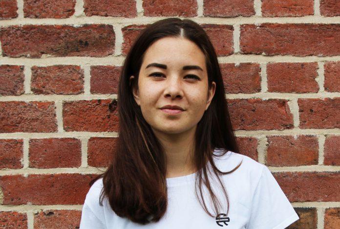 Lisa Hamid in einem weißen T-Shirt von Superelevant, Foto: Paula Loske-