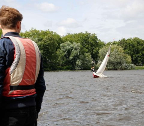 Malte Nogalski und Lina Bartels segeln auf den Anleger zu. Foto: Nadine von Piechowski