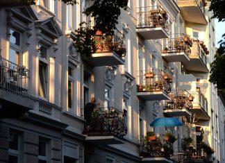 Die Balkone von Mietshäusern sind in der Abendsonne zu sehen. Am 14. Juni 2018 wird über den Rechtsstreit zur Mietpreisbremse entschieden. Der Mieter einer Hamburger Wohnung hatte seinen Vermieter verklagt und einen Teil der gezahlten Miete zurückverlangt, da der Vermieter seiner Meinung nach gegen die Mietpreisbremse verstoßen haben soll.