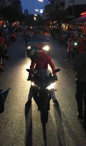 Es folgt ein Motorrad-Spektakel gefolgt vom Autokorso.