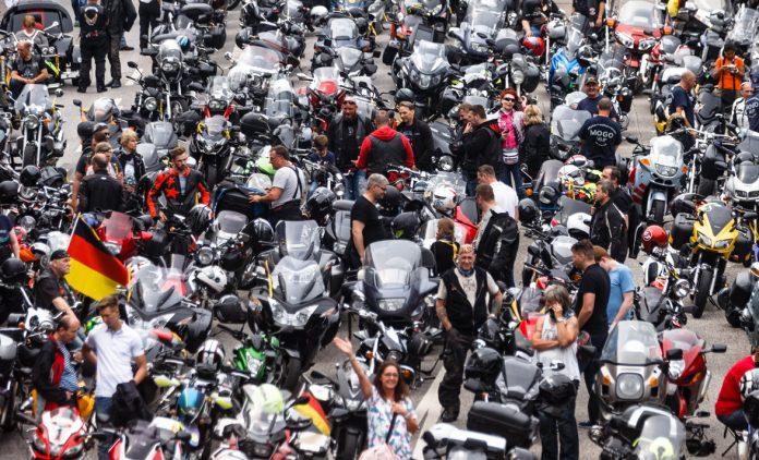 Biker versammeln sich nach Motorradgottesdienst am Hamburger Michel. Foto: Markus Scholz/dpa