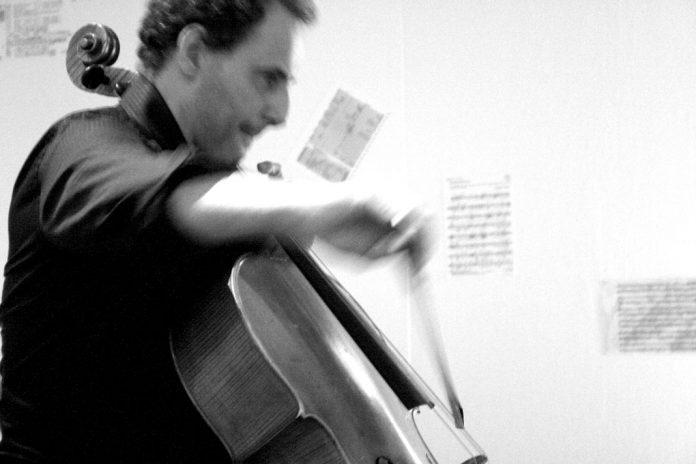 Nicola Baroni beim Cello spielen.