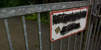 Ein Feuerwehr-Zufahrt-Schild wurd mit schwarzer Sprühfarbe unkenntlich gemacht.