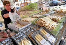 Spargel wird auf einem Wochenmarkt verkauft.