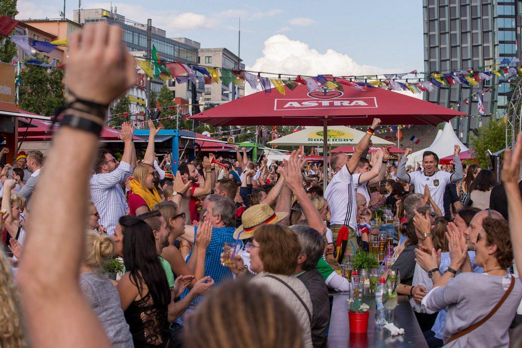 Fans feiern auf dem Spielbudenplatz