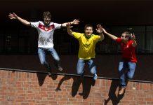 Die WM-Podcast-Moderatoren Tobi, Ted und Björn springen im Schweden und Mexiko-Trikot voller WM-Frust von einer Mauer.