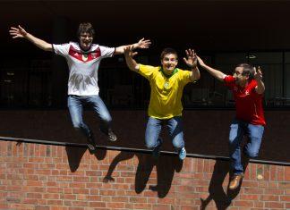 Die Podcast-Moderatoren Tobi, Ted und Björn springen von einer Mauer.
