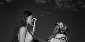 Umgekehrte Kolonialgeschichte: Auf Babejs Foto misst eine schwarze Kolonialistin den Kopf einer weißen Frau.