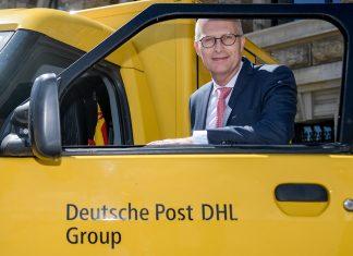 Peter Tschentscher mit einem der neuen E-Transporter der Deutschen Post DHL. Er will die Elektromobilität Hamburgs fördern. Foto: Foto: Axel Heimken/dpa