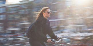 Junge Frau fährt Fahrrad.