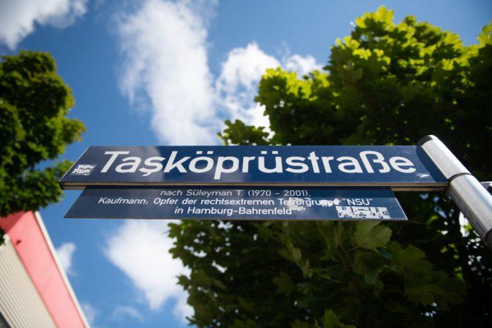 Straßenschild der Straße in der Süleyman Tasköprü 2001 erschossen wurde.