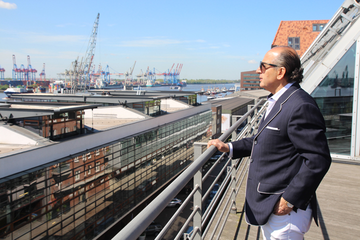 Hadi Teherani auf seinem Bürobalkon an der Elbe. Foto: Shahrzad Rahbari