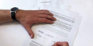 Mietpreisbremse neu erlassen. Das Foto zeigt jemanden, der gerae einen Vertrag unterschreibt. Foto: Cherifa Akili