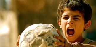 Ein Junge mit Fußball. Zum zweiten Mal kooperiert das Filmfest Hamburg mit dem Projekt Heimatfilme. Foto: farbfilm verleih GmbH