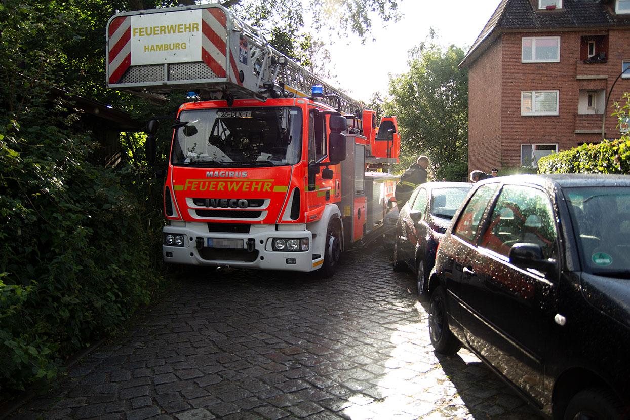 Die Feuerwehr Hamburg steht in einer Kurve und kommt nicht an den geparkten Autos vorbei.