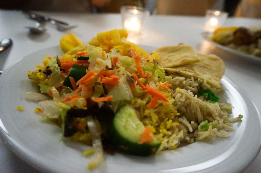 Das somalische Abendessen beim Heimatfilmabend Ostafrika ist bunt, der grüne Reis ist mit Lebensmittelfarbe gefärbt, der gelbe mit Gelbwurz. Foto: Hannah Lesch
