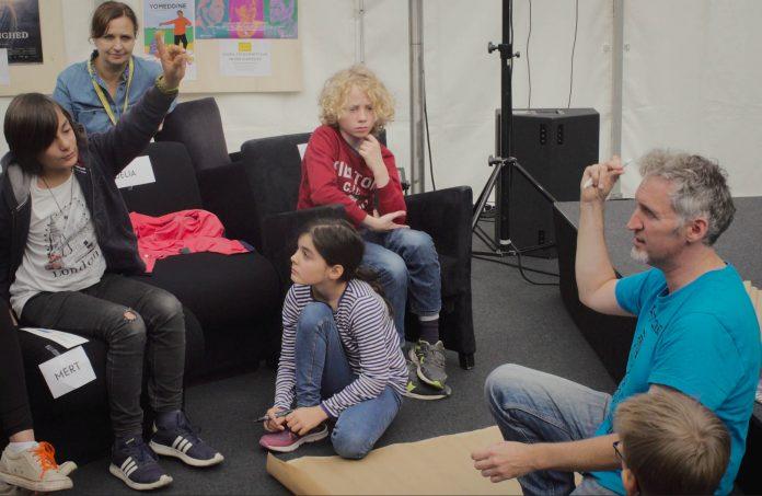 Einmal ein Drehbuch schreiben: Im Workshop versuchen sich Kinder als AutorInnen. Foto: Luisa Höppner.