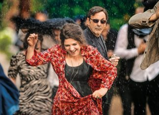 """Agnès Jaoui als Hélène (vorne) und Jean-Pierre Bacri als Castro (hinten) im Film """"Champagner & Macarons: Ein unvergessliches Gartenfest""""."""