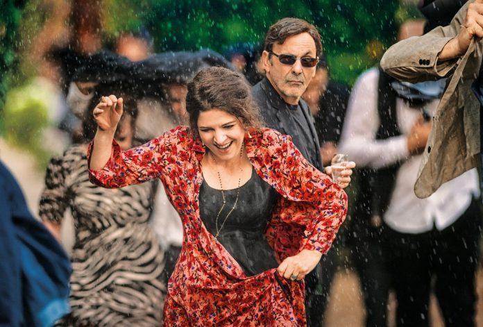 Agnès Jaoui als Hélène (vorne) und Jean-Pierre Bacri als Castro (hinten) im Film