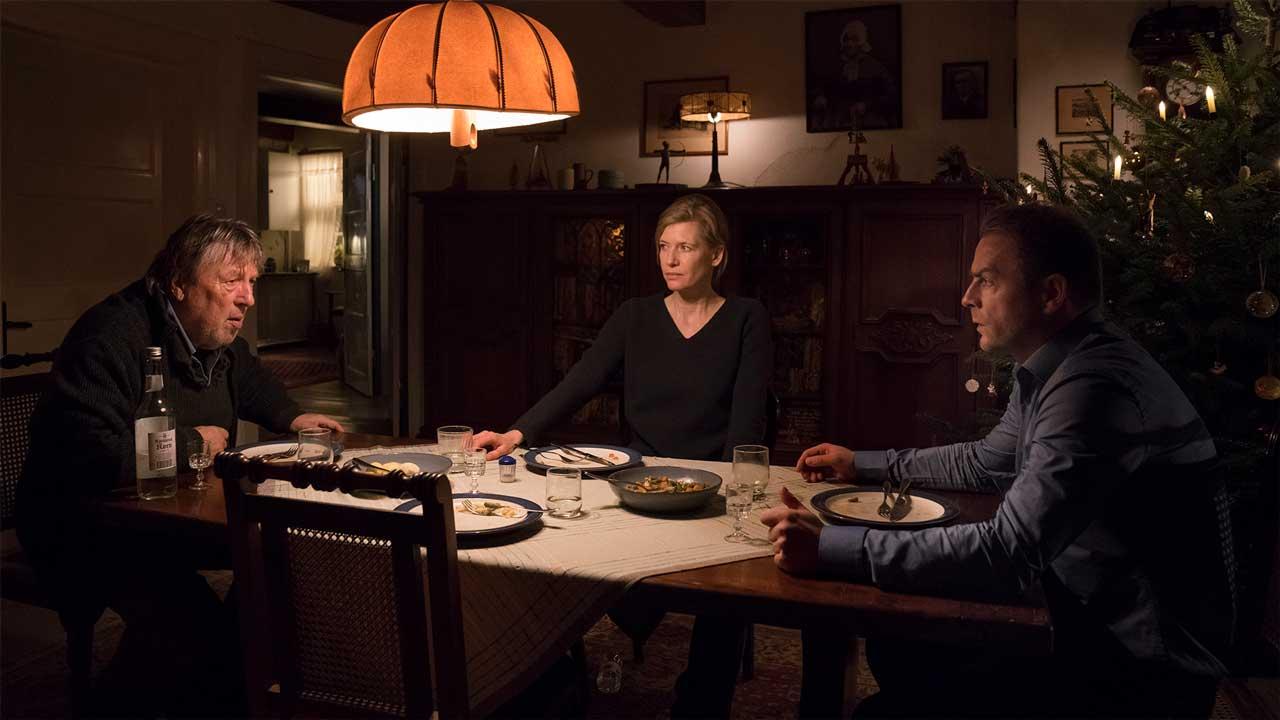 Anne Hoppe mit ihrem Schwager und Schwiegervater am Esstisch. Foto: ZDF Georges Pauly