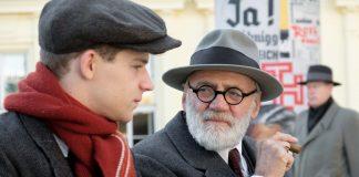 Sigmund Freud, gespielt von Bruno Ganz, versucht Franz die großen Fragen des Lebens zu beantworten. Man sieht Freud und Franz nebeneinander, Freud raucht eine Zigarre und sieht nachdenklich aus. Foto: Tobis Film GmbH