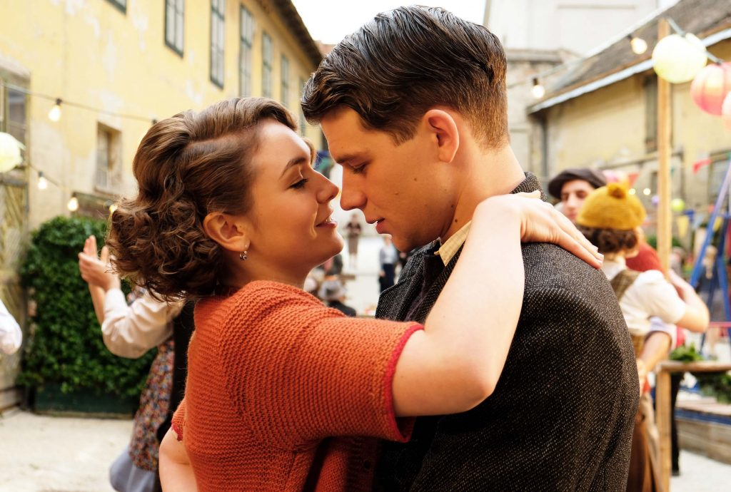 Der Trafikant (Simon Morzé) verliebt sich in die Böhmin Anezka (Emma Drogunova). Man sieht die beiden innig miteinander tanzen. Foto: Tobis Film GmbH