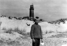 Die Reise nach Sundevit: Tim Tammer vor dem Leuchturm, in dem seine Familie wohnt