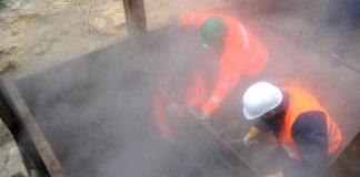 Eine Fernwärmeleitung wird repariert. Fernwärmenetz Foto: Marcus Brandt/dpa