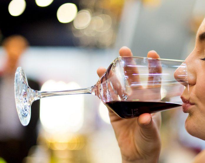 Drogen- und Suchtbericht: Eine Frau trinkt wein
