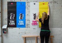 Gegen den Upload-Filter: Die Poster der Tincon werden aufgehangen.