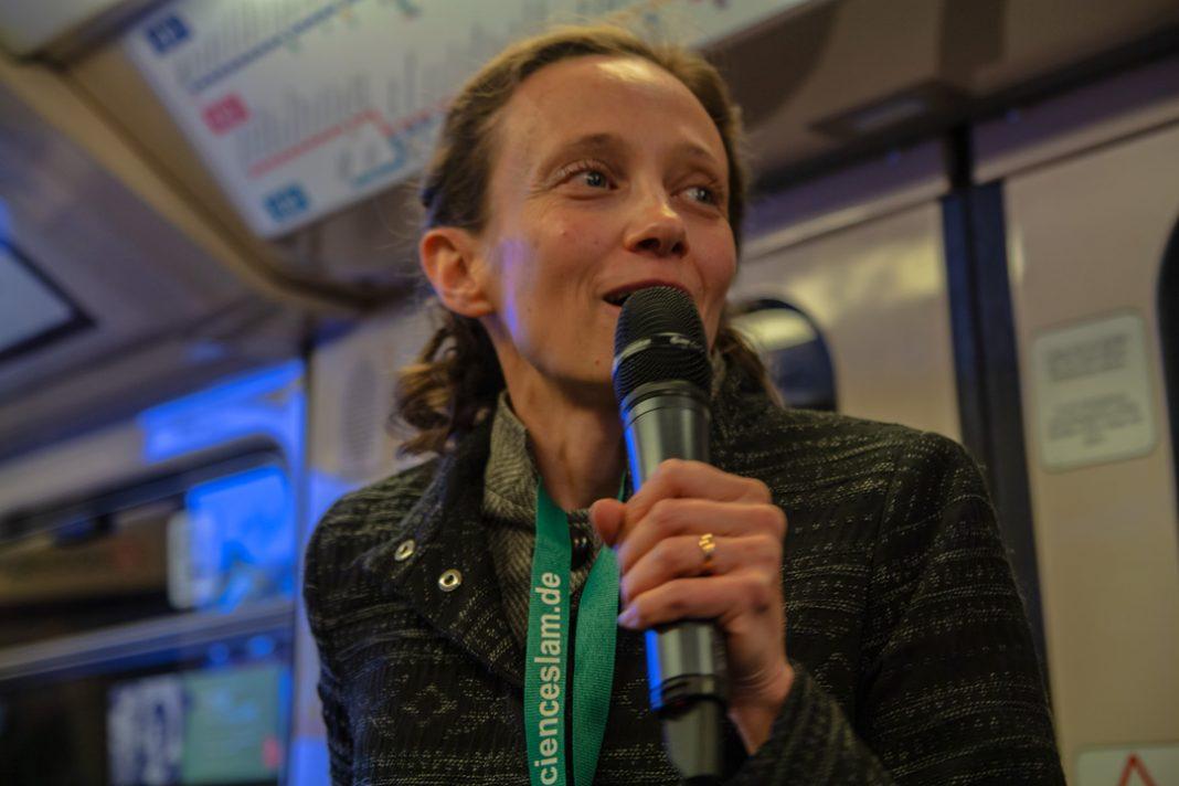Anastasia August während ihres Vortrags. Foto: Björn Rohwer