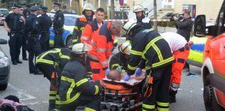 Rettungskräfte versorgen den Verletzten in Wandsbek.