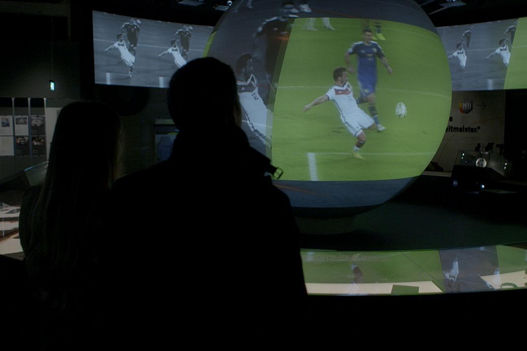 In Being Mario Götze schaut sich der Torschütze sein WM-Tor konzentriert an..