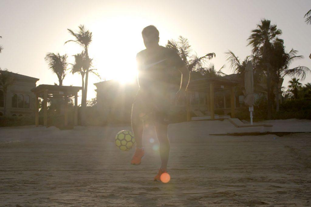 """In """"Being Mario Götze"""" trainiert der Protagonist mit dem Ball am Strand."""