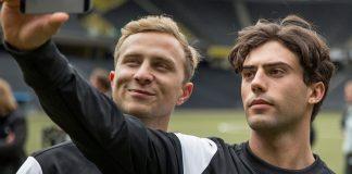"""Mario und Leon posen für ein Selfie im Film """"Mario"""". Homosexualität im Fußball ist immer noch ein Tabu-Thema."""