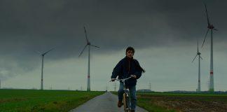 Peters Odyssee: Petya fährt auf seinem Fahrrad durch ein trostloses Deutschland. Foto: Intercinema Ltd.