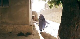 """Die Zukunft der Heldinnen des Filmes """"Qamar"""" ist ungewiss. Der Film wurde beim Heimatfilmabend Ostafrika gezeigt. Screenshot: Qamar"""