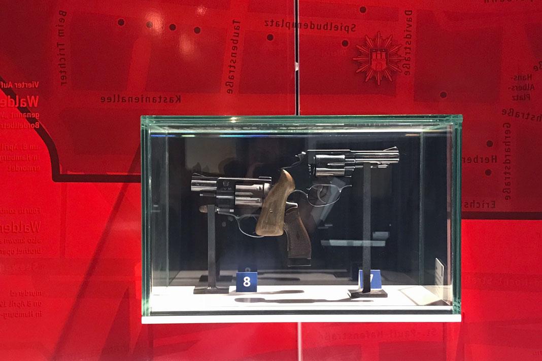Polizeimuseum: Doppelmordwaffen: Die Smith & Wesson (links) wurde im Slip der Ehefrau reingeschmuggelt. Foto: Shahrzad Rahbari