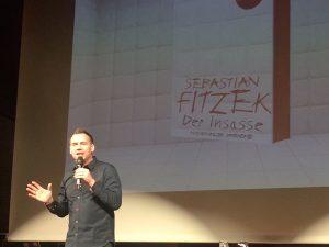 """Bei seiner Lesung am 24.10.2018 las Sebastian FitzekMan sieht Sebastian Fitzek auf der Bühne. """"Der Insasse"""" vor 1.800 Fans."""