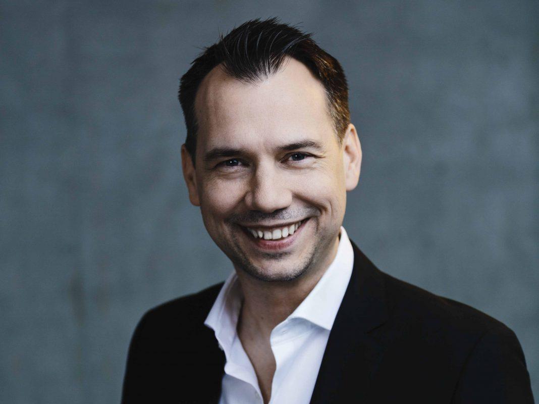 Man sieht einen lächelnden Mann im Anzug.Sebastian Fitzek ist einer der erfolgreichsten Schriftsteller Deutschlands © 2017 Gene Glover / Agentur Focus