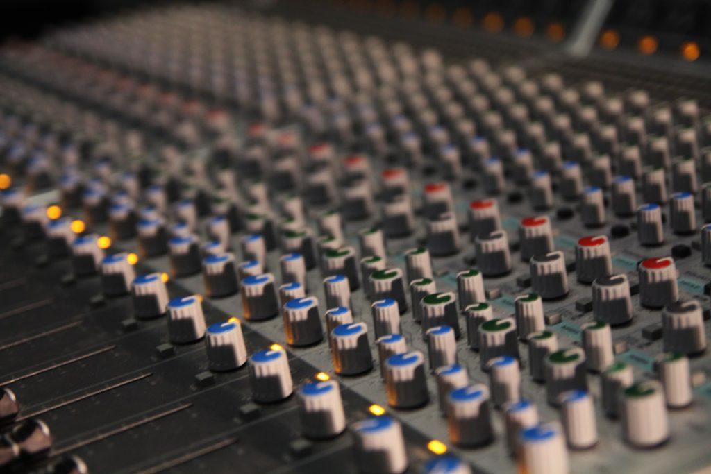 Regler in der Regie des Tonlabors