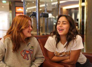 Die beiden Jungschauspielerinnen aus Dänemark haben sich durch die Dreharbeiten für Wildhexe angefreundet. Man sieht beide jungen Mädchen lachend nebeneinander sitzend.