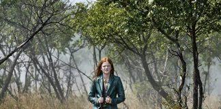 Man sieht Clara (Gerda Lie Kaas) in grüner Jacke im Wald. Sie ist die Hauptdarstellerin von Wildhexe.