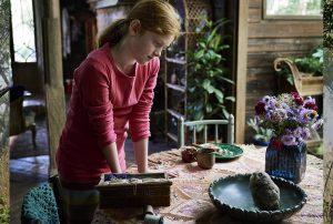 Im Haus ihrer Tante lernt Clara viel über sich selbst und ihre Fähigkeiten. Man sieht sie und eine kleine Eule in einer Obstschale. © 2018 Good Company Films