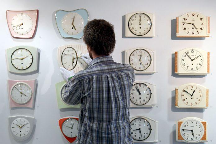 Zeitumstellung: Am Sonntag wird die Zeit um eine Stunde zurück gestellt. Foto: Patrick Seeger/dpa