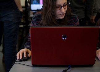 Eine Studentin sitzt vor ihrem Laptop beim HAW Game Jam.