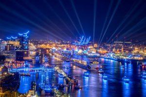 Bei den Cruise Days leuchtet der ganze Hafen in blau. Aber um welchen Preis? Foto: Hamburg Cruise Days/ CHL PhotoDesign Christian Lietzmann