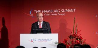"""Hamburgs Erster Bürgermeister, spricht bei der Eröffnung der Konferenz """"The Hamburg Summit - China meets Europe"""" in der Handelskammer Hamburg. Die weltweiten wirtschaftlichen Verflechtungen gehören zu den Hauptthemen der Konferenz, die bereits zum achten Mal in der Handelskammer veranstaltet wird. Foto: Christian Charisius/dpa"""
