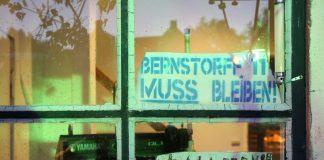 """Fensterscheibe Künstlerhof Bernstorffstraße 117, auf der steht """"Viva La Bernie""""."""