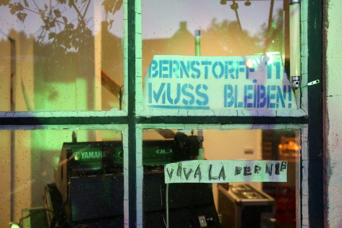 Fensterscheibe Künstlerhof Bernstorffstraße 117, auf der steht